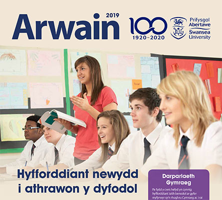 Cover of Arwain 2019 - a teacher in a class of pupils