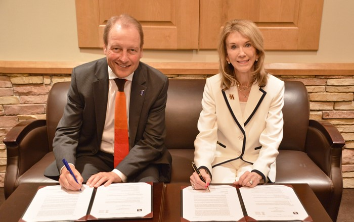 Vice-Chancellor of Swansea  University Paul Boyle signing the Memorandum of Understanding with Paula Myrick Short, of the University of Houston.